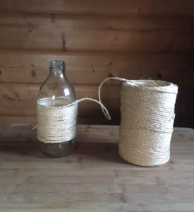 Vase mit Schnur umwickelt